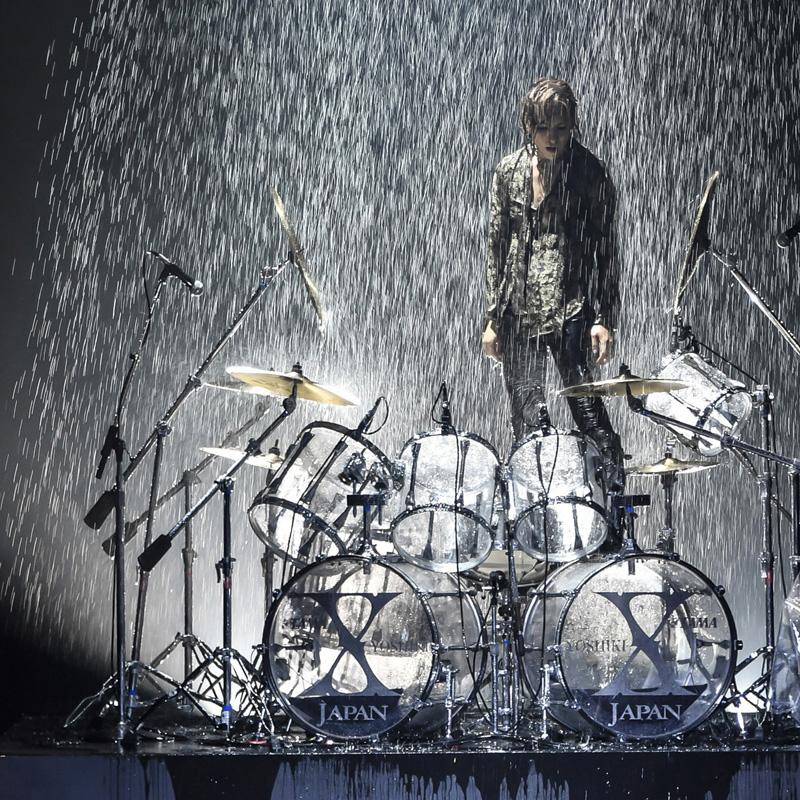 ドラムで立ち上がり水に打たれるyoshiki
